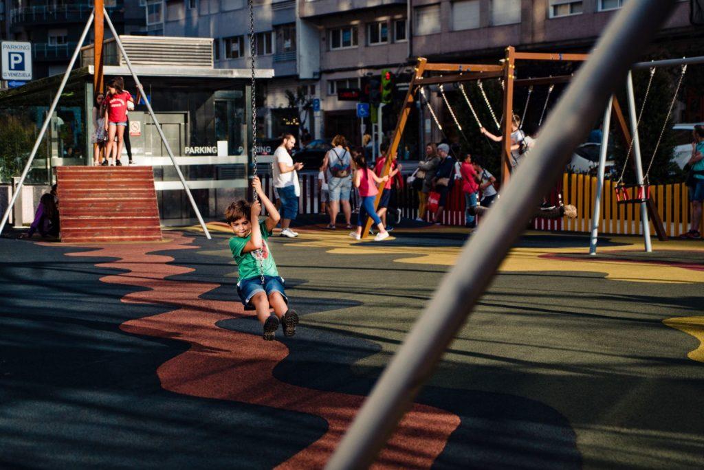 niño jugando en parque