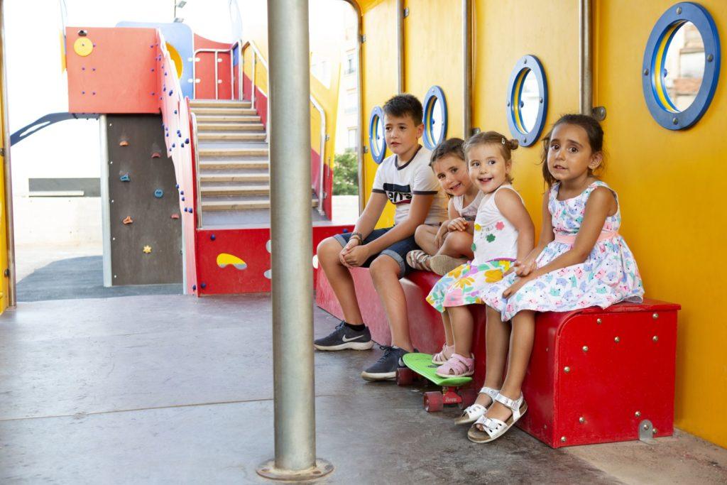 niños que juegan en el parque