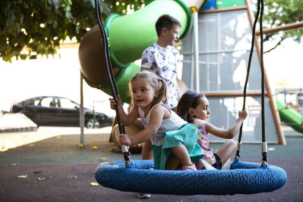 niños jugando en parque saludes play