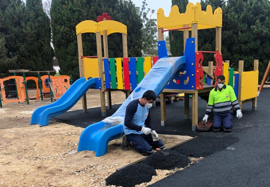 trabajadores realizando mantenimiento del parque infantil