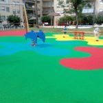Parque de saludes play con suelo de caucho y muelles