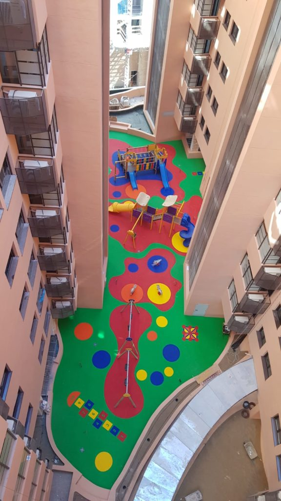 Parque de saludes play con suelo de caucho