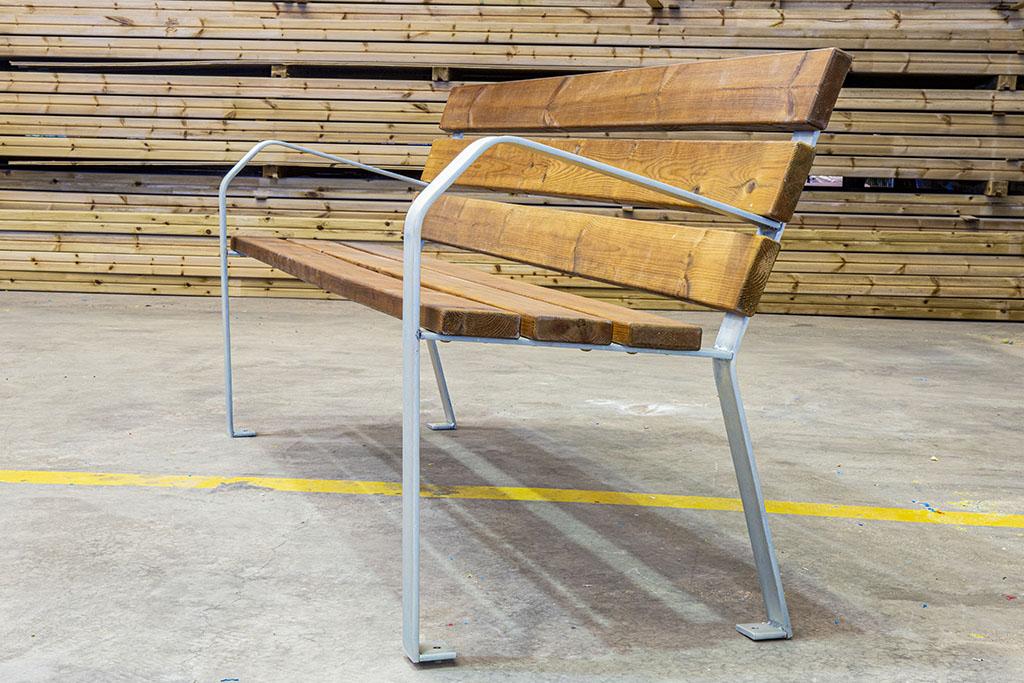 banco de madera como elemento para espacio comunitario