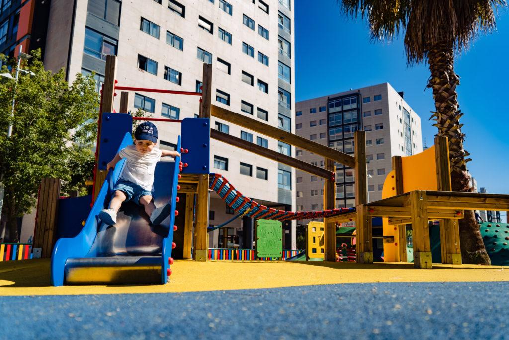 tobogán como elemento de parque infantil y niño jugando