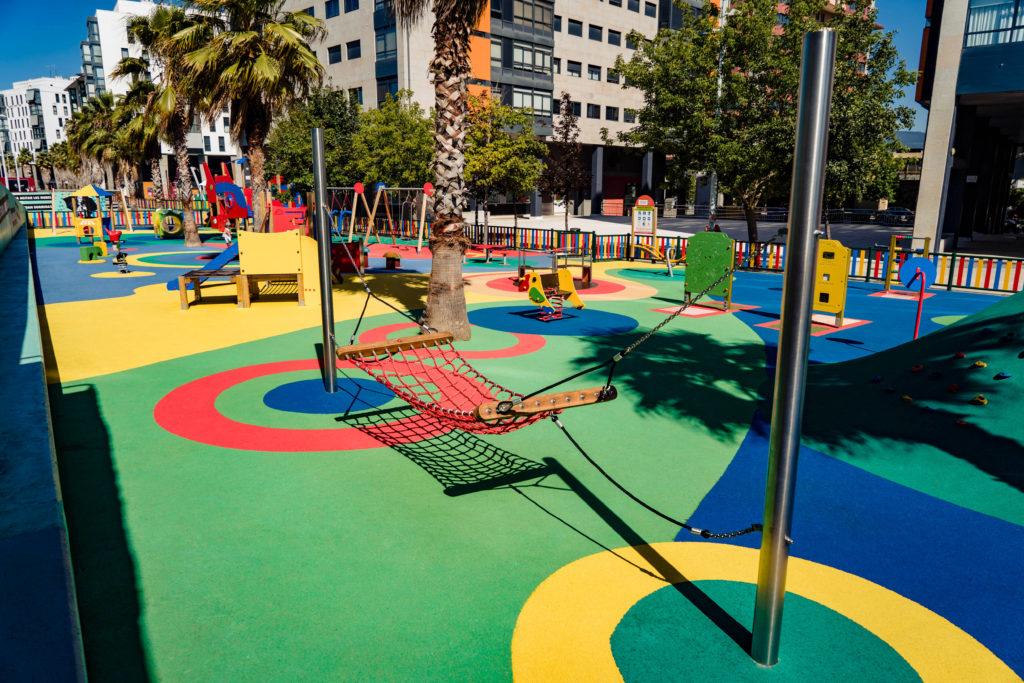 parque infantil. elemento: hamaca y suelo de caucho